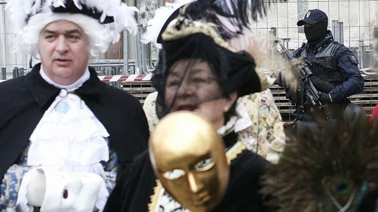 Menace terroriste : A Venise checkpoint de contrôle et bas les masques au carnaval