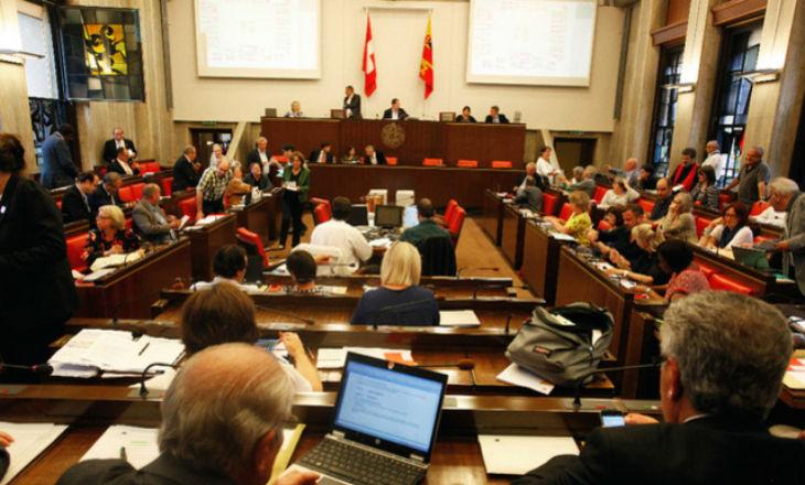 Genève, Suisse: Débat sur la laïcité, une élue de gauche couvre ses cheveux pour soutenir le port du voile