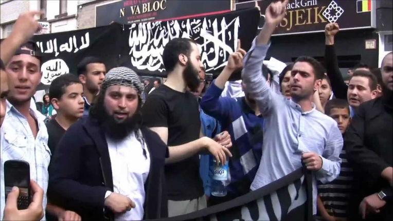 Belgique : Quand les islamistes chantaient en toute impunité des chants antisémites «Juifs souviens toi du massacre de Khabar» sous le drapeau de Daesh – vidéo