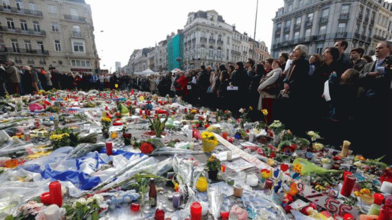 Bruxelles : Un musulman pro-palestinien criant « Palestine » hué par la foule lors d'un rassemblement pour les victimes des attentats – vidéo
