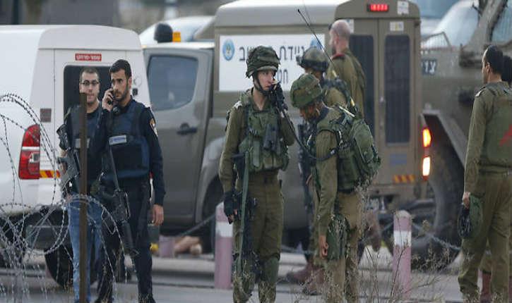 Deux soldats israéliens entrent par erreur dans un camp palestinien à cause du GPS, les arabes tentent les lyncher