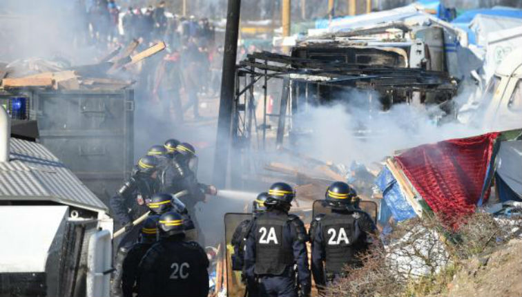 Calais : Le démantèlement de la «Jungle» suspendu en raison de violents affrontements entre migrants et CRS – vidéos