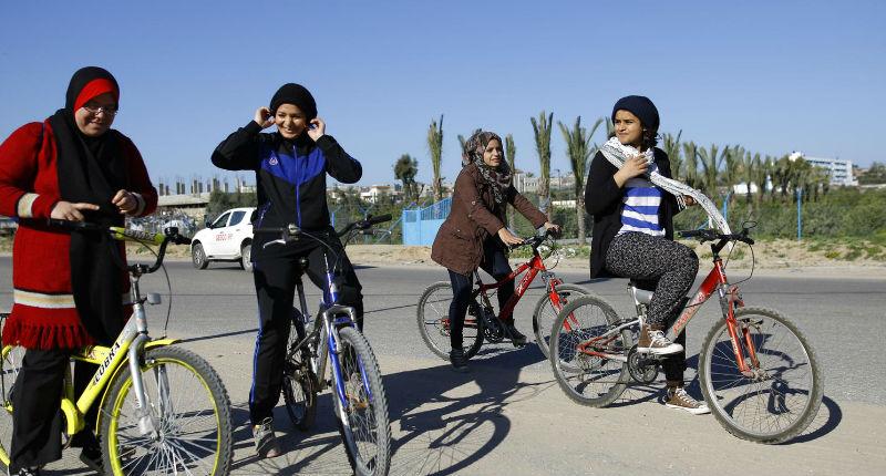 À Gaza, quatre femmes à vélo font souffler un petit vent de liberté face à la dictature islamiste du Hamas
