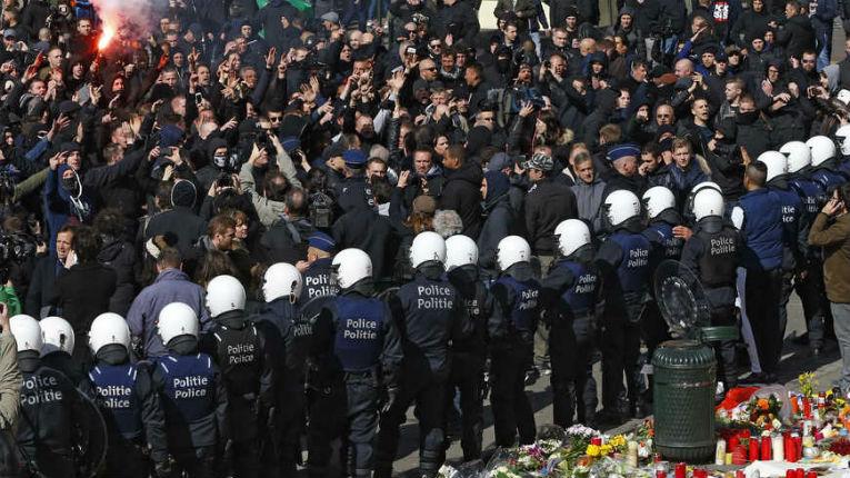 Bruxelles : Des manifestants nationalistes perturbent le rassemblement en hommage aux victimes des attentats « Belgian hooligans, on est chez nous » – vidéo