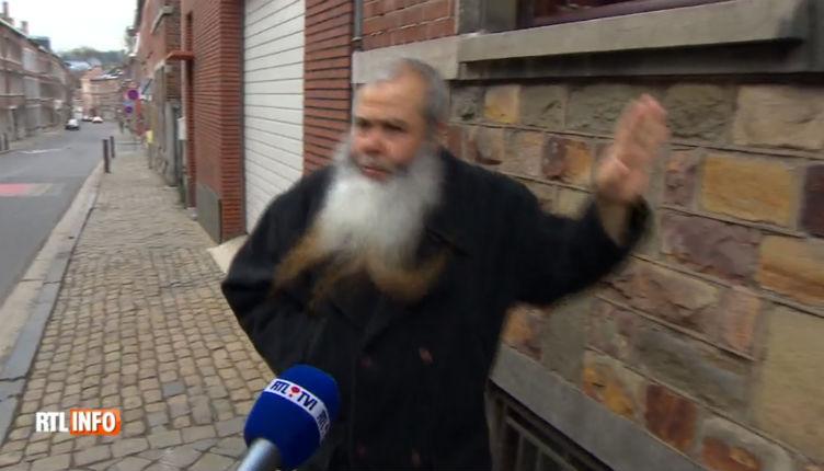 Belgique : Nouvel arrêté d'expulsion contre l'imam salafiste de Dison qui vit des allocations familiales. Irrité il frappe le micro d'un journaliste
