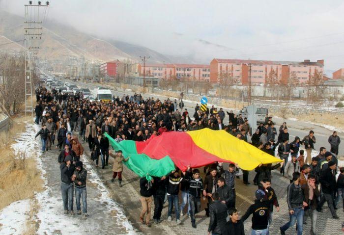 Des Kurdes et membres du PKK manifestent durant les funérailles de deux Kurdes à Hakkari, au Kurdistan irakien le 7 décembre 2013