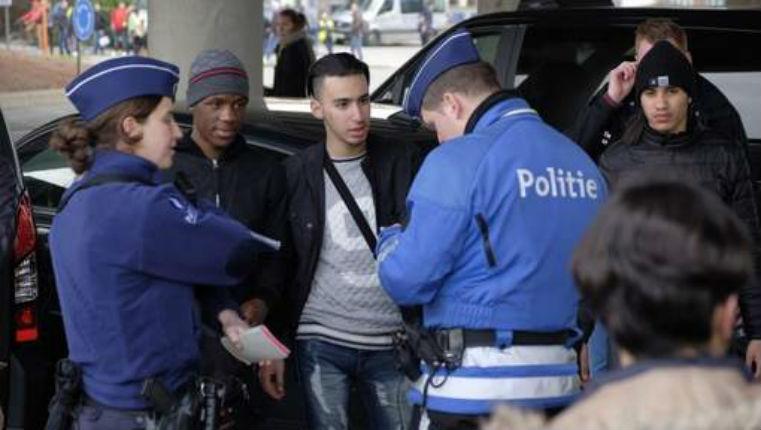 Bruxelles : Sur les lieux de l'attentat à l'aéroport, des « ados » provoquent la police