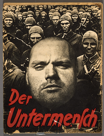 ouverture avec un collage de photos de « Der Untermensch » (le sous-homme), un pamphlet de 52 pages qui utilise des photos prises par Associated Press. (Crédit : Deutsches Historisches Museum, Berlin)