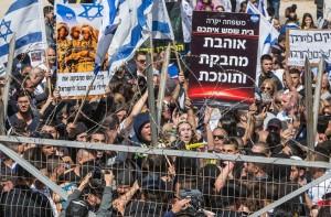 Manifestation en soutien au soldat israélien qui a abattu un agresseur palestinien, le 29 mars, devant le tribunal militaire de Kastina, près de Kiryat-Malakh En savoir plus sur http://www.lemonde.fr/proche-orient/article/2016/03/29/le-soldat-qui-a-abattu-un-agresseur-palestinien-gisant-a-terre-est-franco-israelien_4891998_3218.html#WEAQslXwWMTBswzJ.99