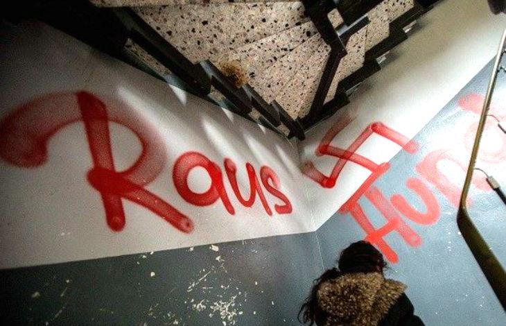 Allemagne : Un migrant admet avoir incendié un camp et peint des croix gammées pour accuser l'extrême droite