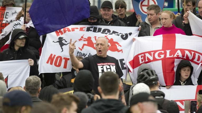 Grande Bretagne : Violents affrontements à Dover entre la police et l'extrême droite britannique lors d'une manifestation anti-migrants – vidéos