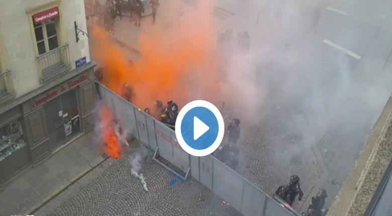 [Vidéo] A Rennes les manifestants gauchistes bombardent les policiers à coups d'explosifs artisanaux.
