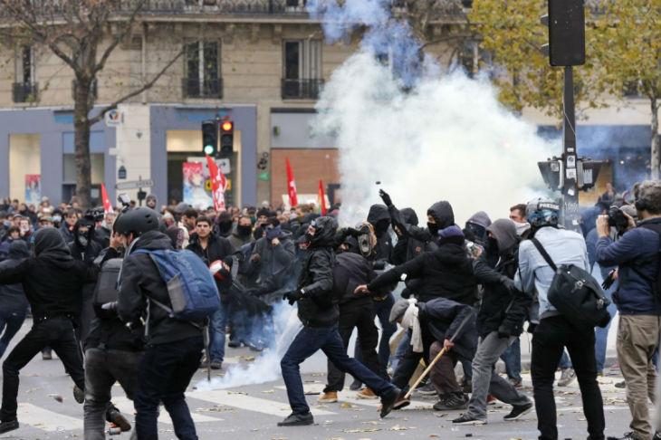 Paris : Les casseurs gauchistes attaquent le commissariat du 11ème puis la synagogue de la Roquette