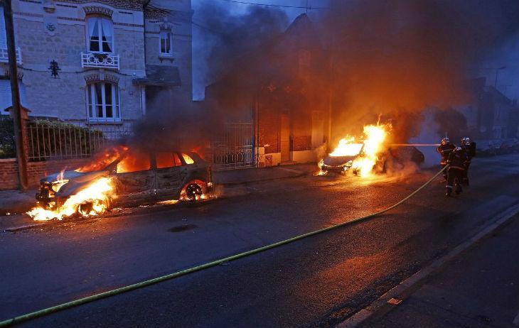Compiègne : 3 incendies visant la mairie en 4 jours, 34 véhicules municipaux incendiés, des vigiles attaqués