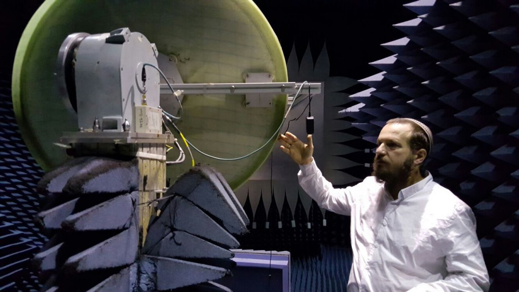Le docteur Raz Itzhaki Tamir présente un prototype de nanosatellite - Sky Fi
