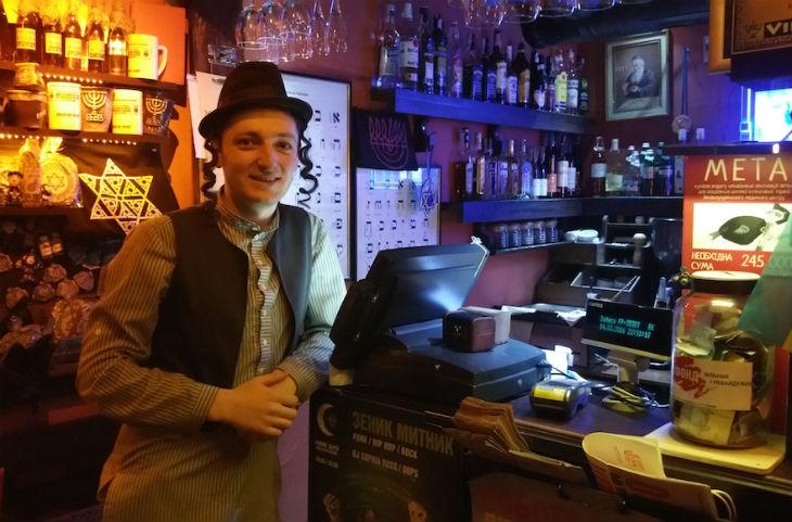 Ukraine : Un faux restaurant «juif» à Lviv véhicule tous les stéréotypes antisémites