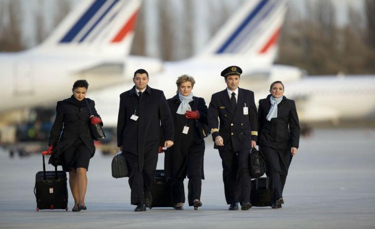 Vols Paris-Téhéran : les hôtesses d'Air France refusent être obligées de porter le voile
