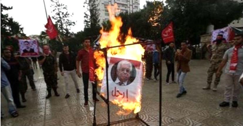 La photo du président «à vie» Mahmoud Abbas brûlée lors d'une manifestation du FPLP à Gaza ; vives tensions entre Abbas et le FPLP