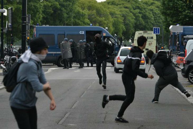 Intifada des gauchistes à Rennes : Guérilla urbaine, commissariat et mairie attaqués, boutiques saccagées, voitures incendiées