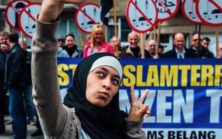 """Belgique : l'égérie de la lutte contre l'islamophobie qui a fait un selfie anti-extrême droite est antisémite """"Je les déteste tellement"""" à propos des Juifs"""