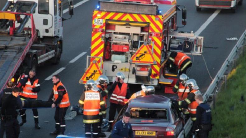 Nord de la France : Une course-poursuite entre la police et des clandestins provoque des accidents en série sur l'A16, un mort et plusieurs blessés