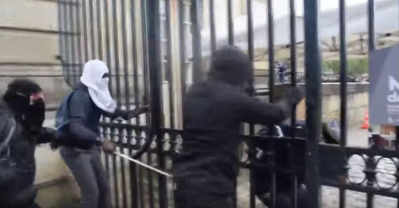 [Vidéo] Haine anti-France : Les casseurs d'extrême gauche attaquent des militaires « Tout le monde vous déteste, enc**** de militaires ! »