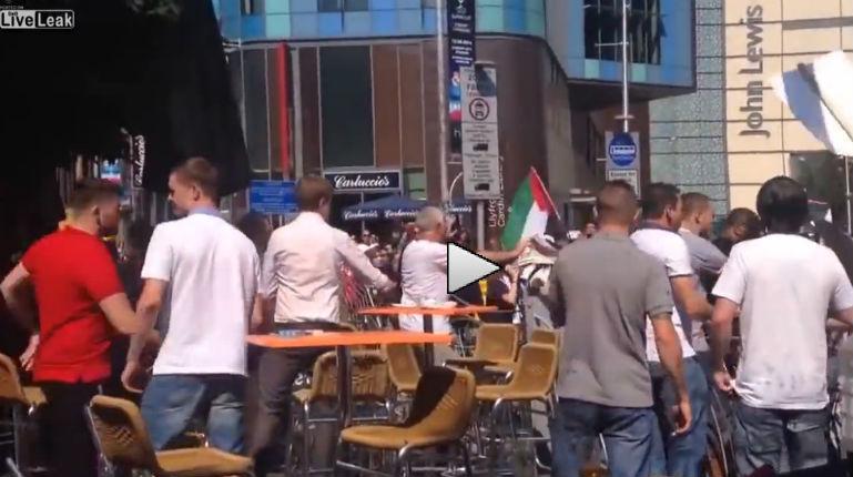 [Vidéo] Grande Bretagne: Des musulmans attaquent un pub en hurlant «Free Palestine». Est-ce pour fêter la victoire du maire ?
