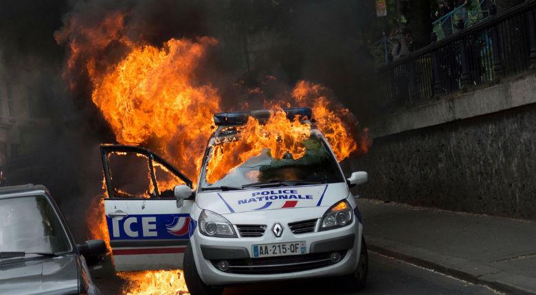 Jusqu'à 8 ans de prison ferme requis contre les Antifas incendiaires d'une voiture de police