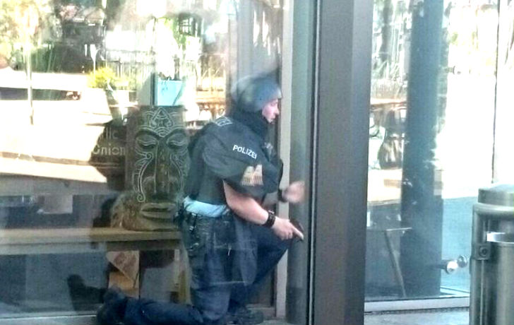 Alerte attentat : Un terroriste cagoulé ouvre le feu dans un cinéma dans le sud de l'Allemagne, des dizaines de blessés