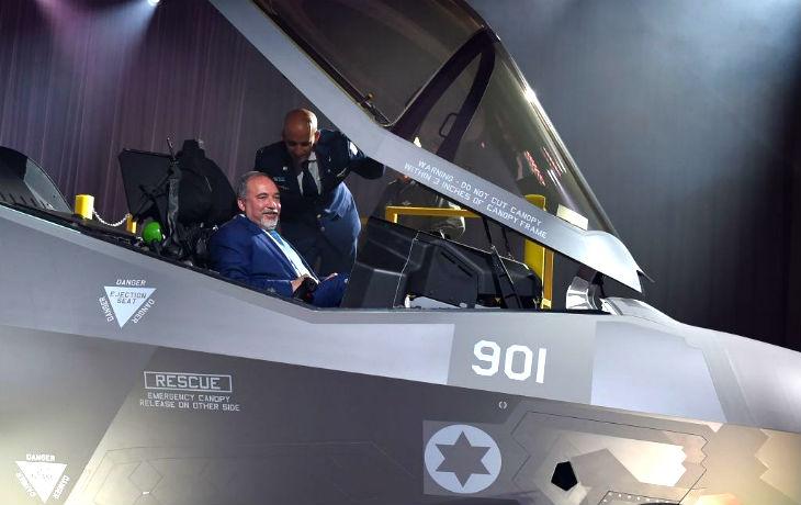 [Vidéo] Israël : Lieberman reçoit le premier des 75 avions de chasse F-35-Adir