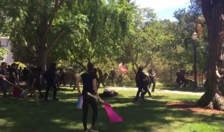 [Video] Californie: attaque au couteau à Sacramento lors d'un rassemblement de néonazi, plusieurs blessés graves