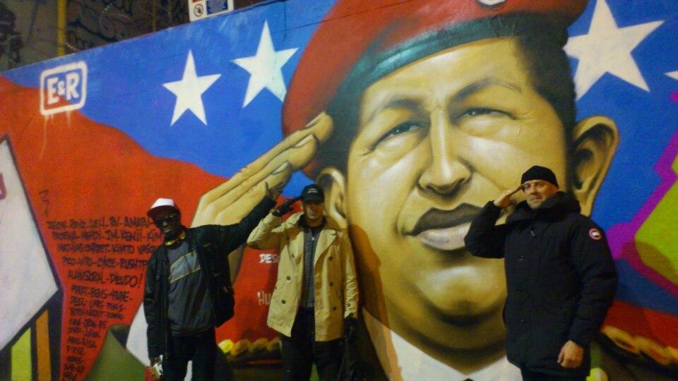 Alain Soral posant en supporter de Chavez