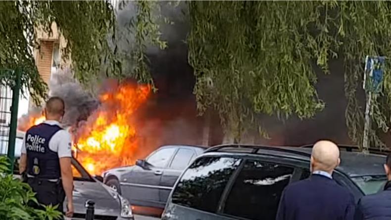 [Vidéos] Belgique : Violences à Molenbeek, deux voitures de polices incendiées par des cocktails molotovs