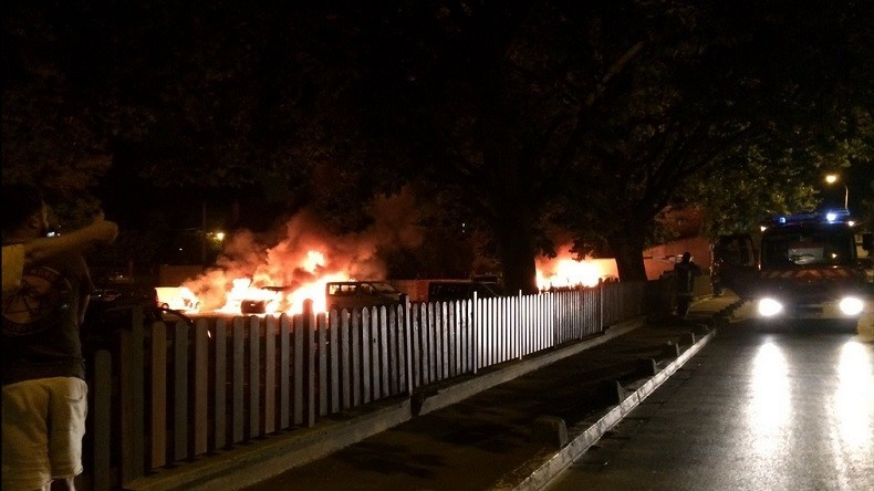 [Photos] Fortes tensions à la Courneuve : Une vingtaine de véhicules de la mairie incendiés par «de nombreux jeunes en colère»…