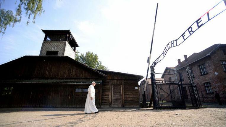 [Vidéo] Le pape François se recueille dans le camp d'Auschwitz