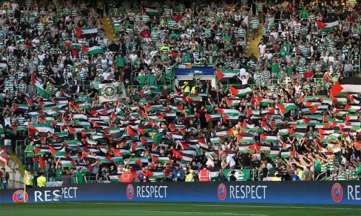 Des membres de BDS fans du Celtic Glasgow agitent des drapeaux «palestiniens» devant une équipe israélienne