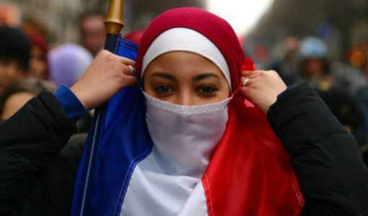 """Alain Finkielkraut : """"Le hijab, ce n'est pas la France. Il est normal de dire que la France y est hostile"""" (Vidéo)"""