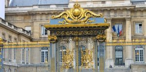 5197661-gates-of-the-palace-of-justice-in-paris-france