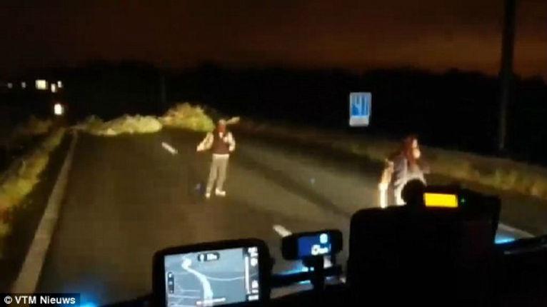 [Vidéo] Calais : Un groupe de migrants menacent avec des battes de baseball un chauffeur de camion