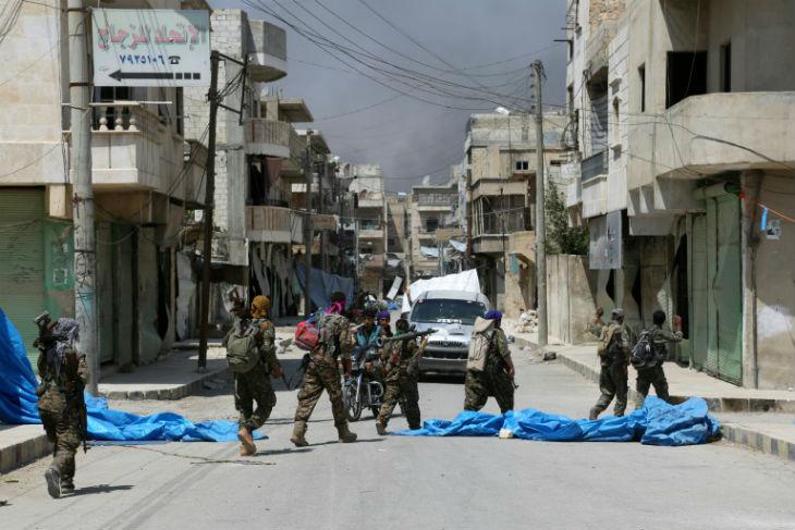 Syrie: L'Etat islamique enlève 2 000 civils en fuyant Minbej pour les utiliser comme boucliers humains