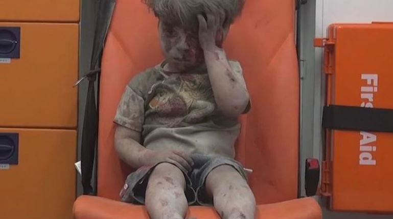 Le photographe de l'AFP du petit garçon d'Alep soutient les islamistes décapitateurs d'un enfant palestinen