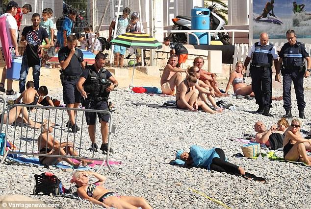 À Cannes, la police empêche la baignade d'un groupe de femmes en burkini organisée par l'Algérien Rachid Nekkaz