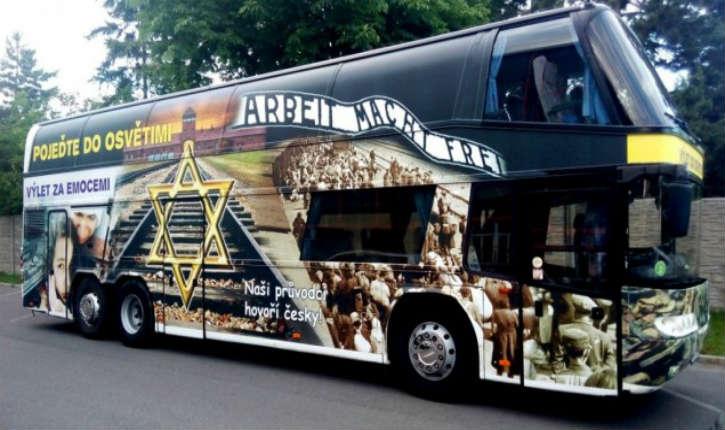 République tchèque : face au tollé, le propriétaire tchèque retirera le motif d'Auschwitz du bus