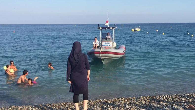 [Vidéo] Nice : La France résiste malgré le Conseil d'Etat, une femme voilée est priée de quitter la plage