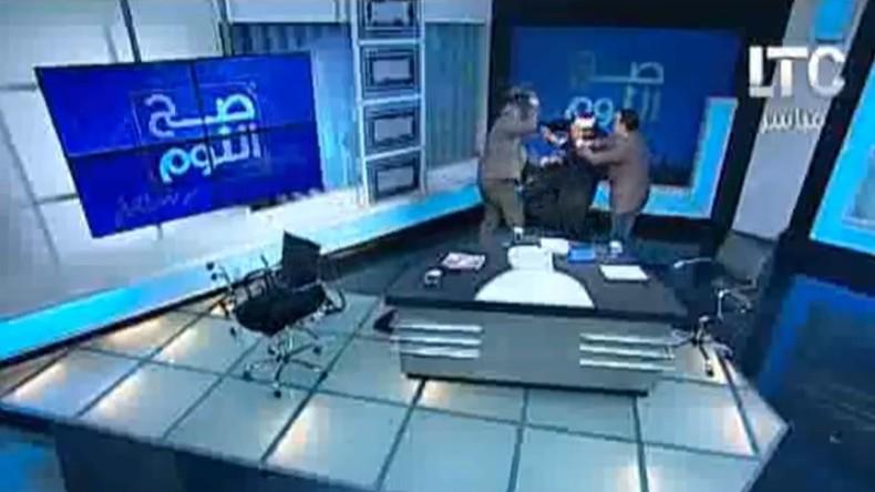 [Vidéo] Egypte : Bagarre à coup de chaussure entre un imam et un avocat sur un plateau TV lors d'un débat sur le voile