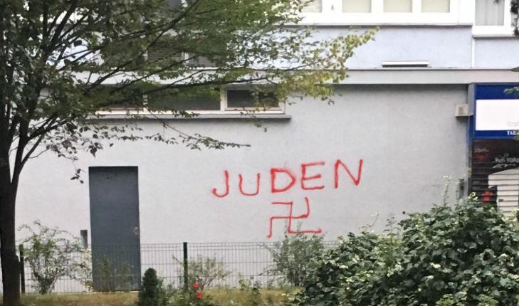 Paris: Tags antisémites sur la façade d'une boucherie casher dans le 13ème