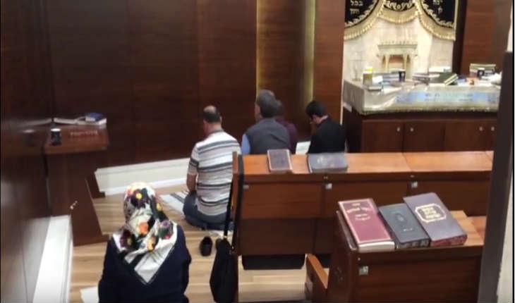 [Vidéo] Tel Aviv/Synagogue Ben Gourion. Des musulmans prient sur des Talits juifs en guise de Tapis