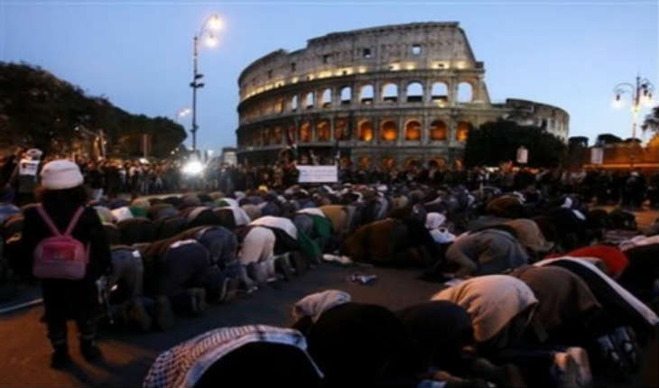 [Vidéo] Des musulmans prient aux abords du Colisée, après la fermeture de Mosquées officieuses