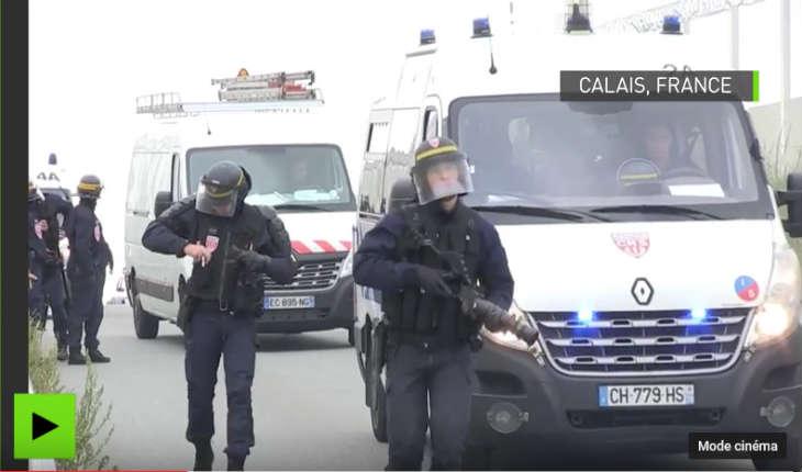 [Vidéo] Calais: 200 migrants tentant de monter dans des camions, repoussés par la Police