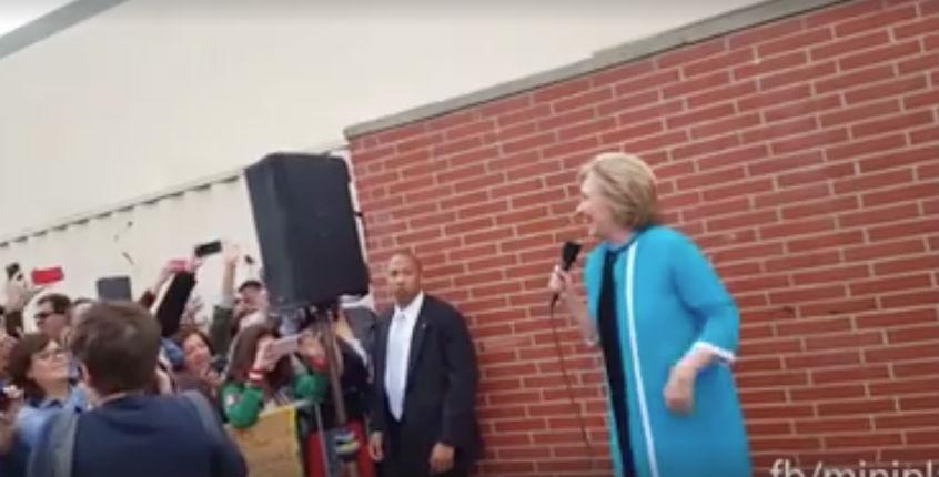 [Vidéo] Ce que cachent les médias français : Hillary Clinton chassée par les étudiants au East Los Angeles College : « vous n'êtes pas la bienvenue ici »
